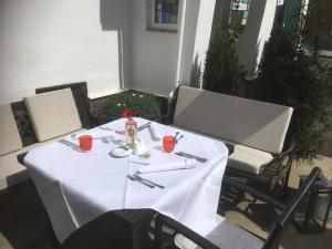 Ein Restaurant oder anderes Speiselokal in der Unterkunft Gasthof Goldener Hahn
