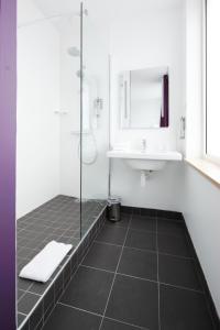 A bathroom at ibis Styles Calais Centre