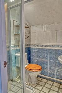 A bathroom at Gray's Inn