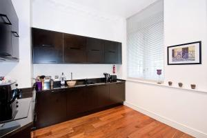 A kitchen or kitchenette at Apartment 1, 48 Bishopsgate