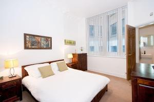 A bed or beds in a room at Apartment 1, 48 Bishopsgate
