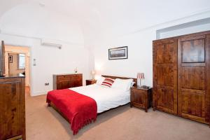 A bed or beds in a room at Apartment 2, 48 Bishopsgate