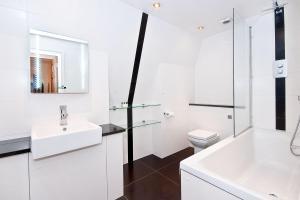 A bathroom at Apartment 4, 48 Bishopsgate