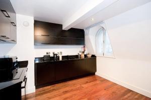 A kitchen or kitchenette at Apartment 4, 48 Bishopsgate