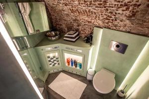 A bathroom at UKI-Hotel