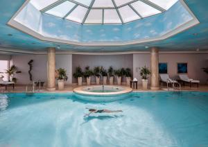 Der Swimmingpool an oder in der Nähe von Four Seasons Hotel Cairo at Nile Plaza
