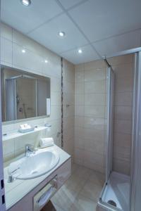 A bathroom at Caravelle Hotel im Park