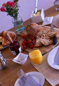 Breakfast options available to guests at Pristine Luton Apartment