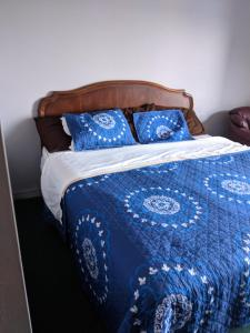 A bed or beds in a room at Tobermory Inn & Cottages