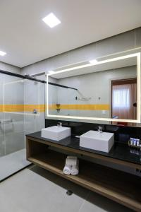 A bathroom at TRYP By Wyndham Ribeirão Preto