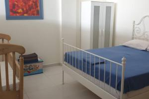 A bed or beds in a room at Bright, Spacious, Elegant, semi Subterrain with Garden, 5min from sea