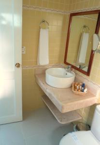 A bathroom at Hotel Plus Vedado 500