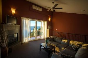 A seating area at Crooked Tree Guest Suites