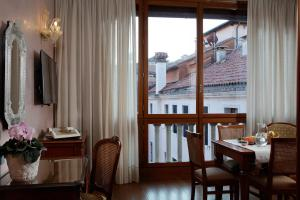 A restaurant or other place to eat at Hotel Bisanzio
