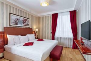 A bed or beds in a room at Solo Sokos Hotel Palace Bridge