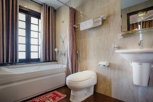 Ein Badezimmer in der Unterkunft Riverside Impression Villa