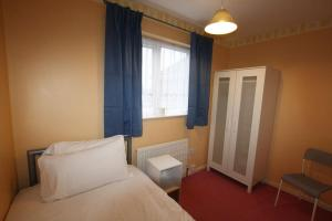 A bed or beds in a room at 3 bed home near to Hospital and businesses