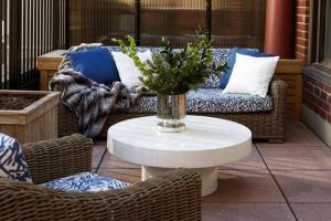 A seating area at Gardens Suites Hotel by Affinia