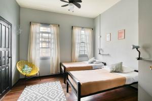 Een bed of bedden in een kamer bij Selina San Jose