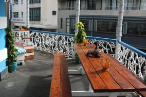 A balcony or terrace at Urban Hive Backpackers