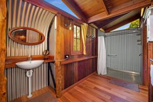 A bathroom at Mango Lodge at River Heads