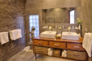 A bathroom at Klumpu Bali Resort