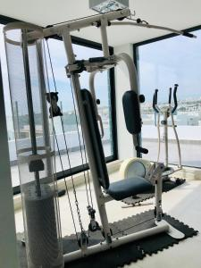 The fitness center and/or fitness facilities at Modern 2 Bed Flat with Rooftop Pool & Private BBQ at Marina Lagos e Meia Praia
