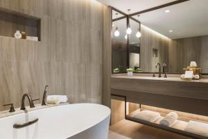 Ett badrum på Jumeirah Beach Hotel
