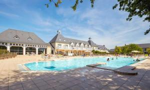 The swimming pool at or near Résidence Pierre & Vacances Green Beach