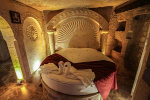 A bed or beds in a room at Heaven Cave House - Razziya Evi