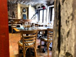 A restaurant or other place to eat at Entre Terre Et Mer
