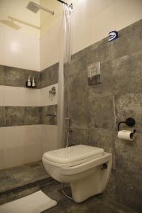 A bathroom at Baijoo Niwas