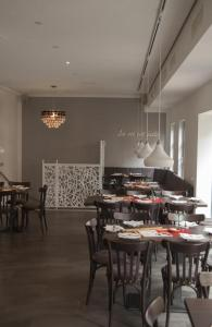 A restaurant or other place to eat at La Flamme Wertheim garni