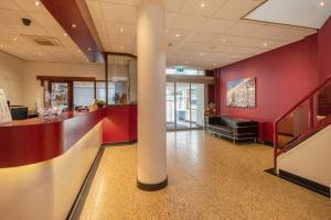 The lobby or reception area at Badhotel Scheveningen