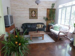 A seating area at Zen Hostel Brasil
