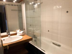 A bathroom at Entre Terre Et Mer