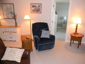 A seating area at Cedar Glen 198-3C