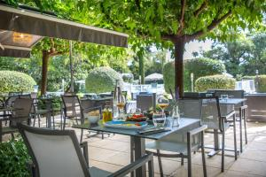A restaurant or other place to eat at Mercure Cavaillon