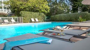 The swimming pool at or close to Mercure Cavaillon