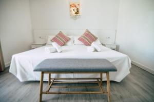 A bed or beds in a room at Hostal La Llagosta