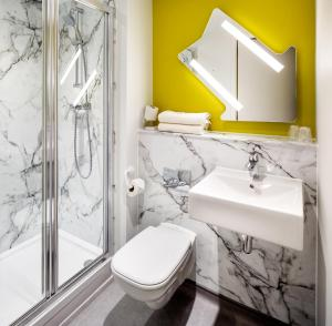 A bathroom at ibis budget Luton Airport
