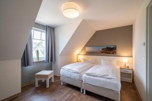 Ein Bett oder Betten in einem Zimmer der Unterkunft StrandResort Markgrafenheide