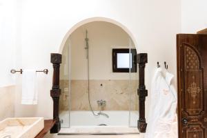A bathroom at Agroturismo Atzaró