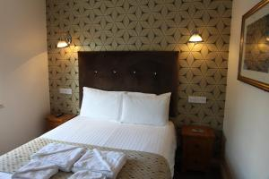A bed or beds in a room at The Moseley Arms