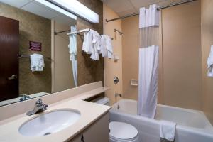 A bathroom at The Suites Hotel at Waterfront Plaza
