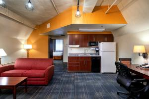 A kitchen or kitchenette at The Suites Hotel at Waterfront Plaza