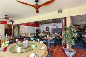 A restaurant or other place to eat at Lennox Beach Resort