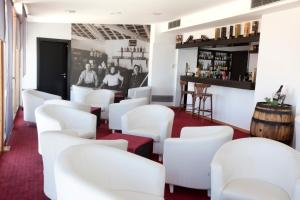 The lounge or bar area at Hotel Miramar Sul