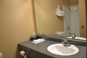 A bathroom at Morden Motor Inn
