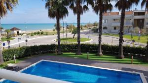 Vista sulla piscina di Kiara Residence o su una piscina nei dintorni